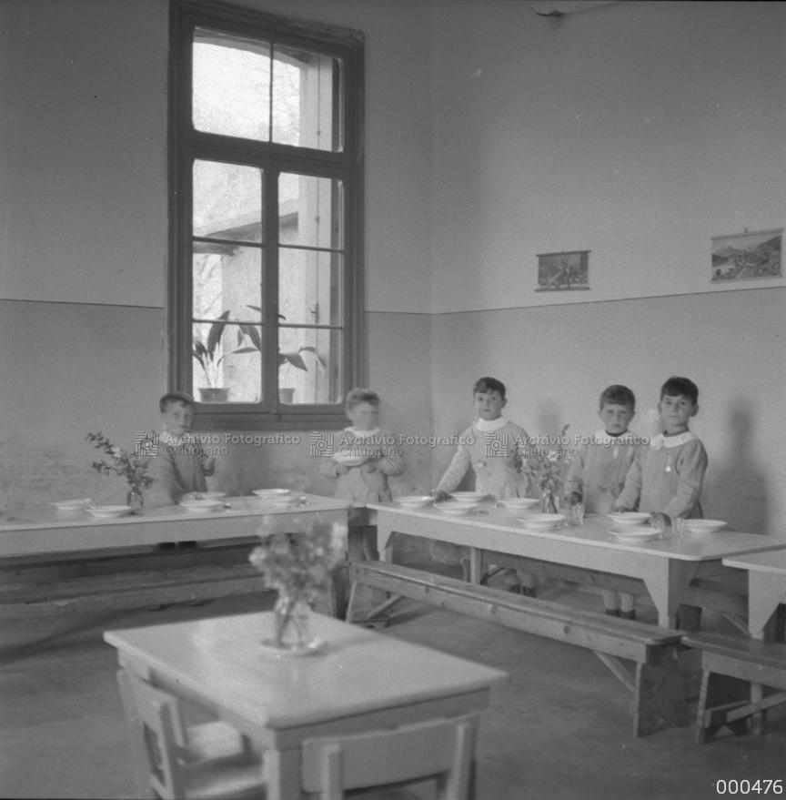 Bambini preparano la tavola