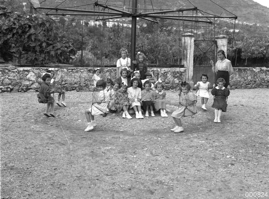 La giostra nel cortile della scuola materna parrocchiale