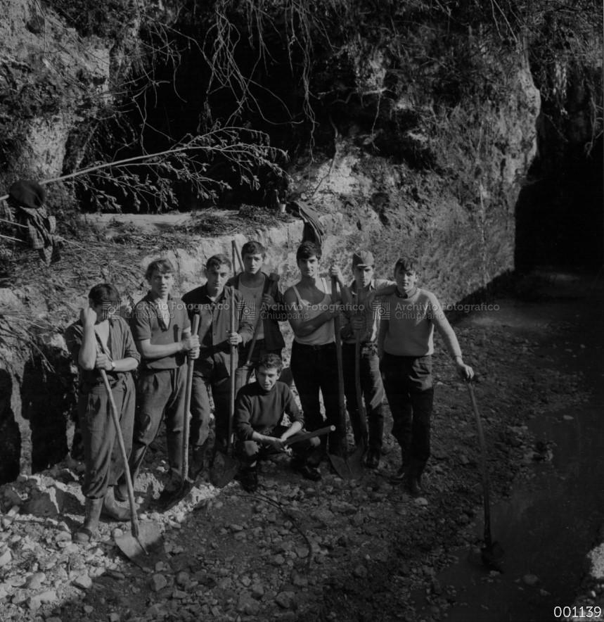 Foto di gruppo durante la pulizia della Roggia