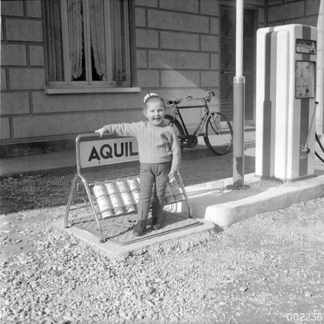 Bambina davanti a stazione di servizio