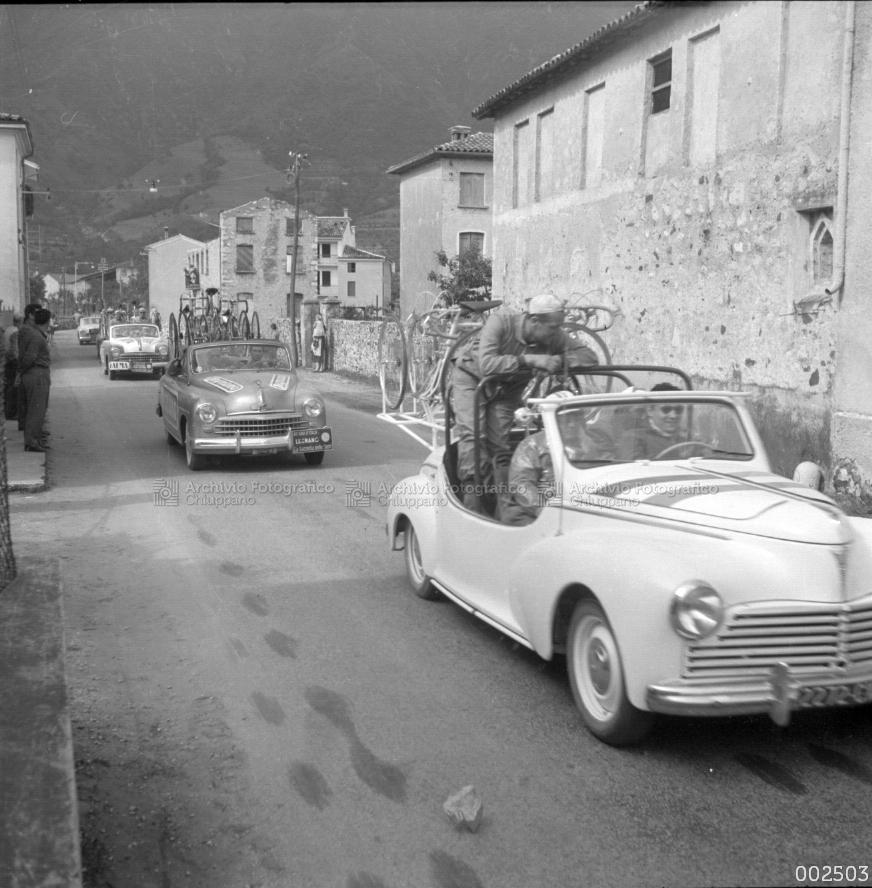 Giro D'Italia. Passaggio d'auto