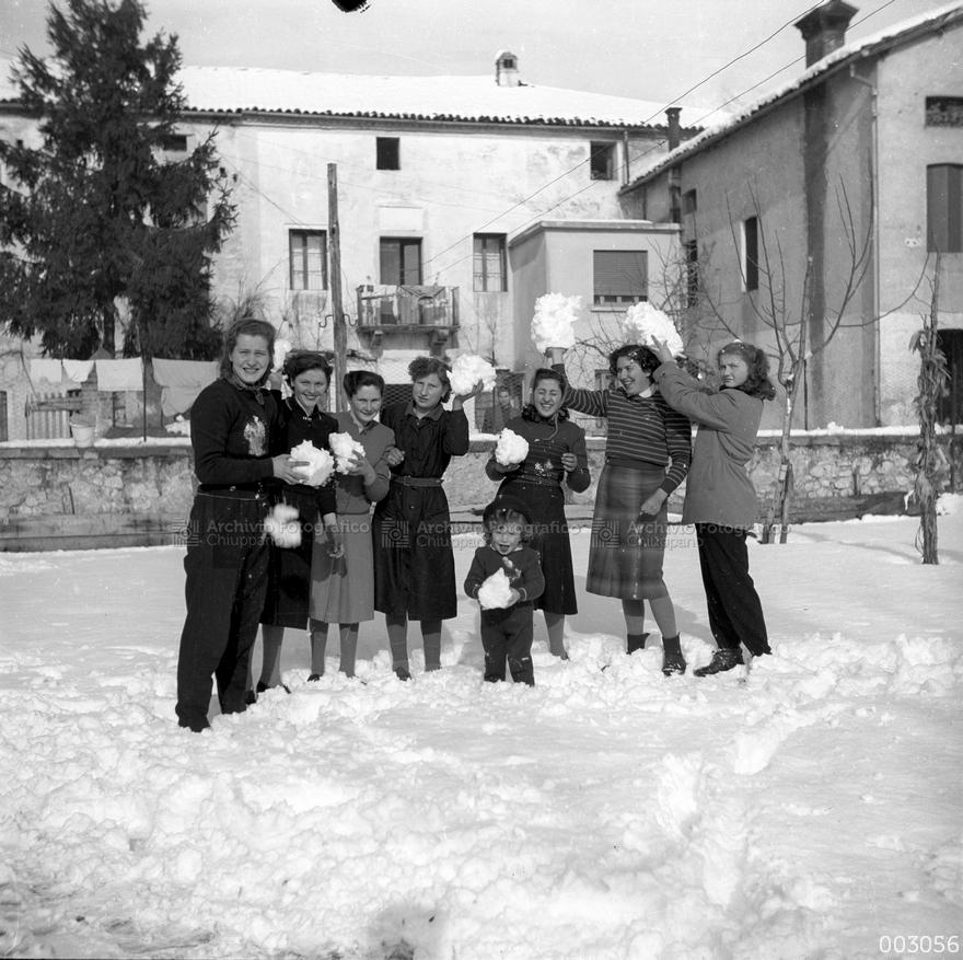 """Foto di gruppo nel cortile della ex trattoria """"Al Capelo"""""""