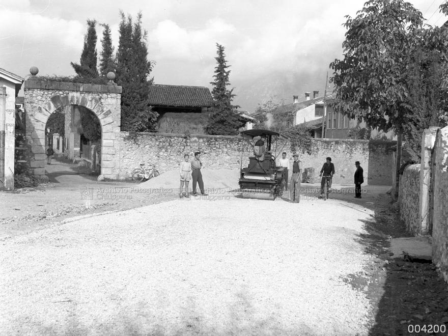 Lavori di asfaltura lungo via A. De Gasperi