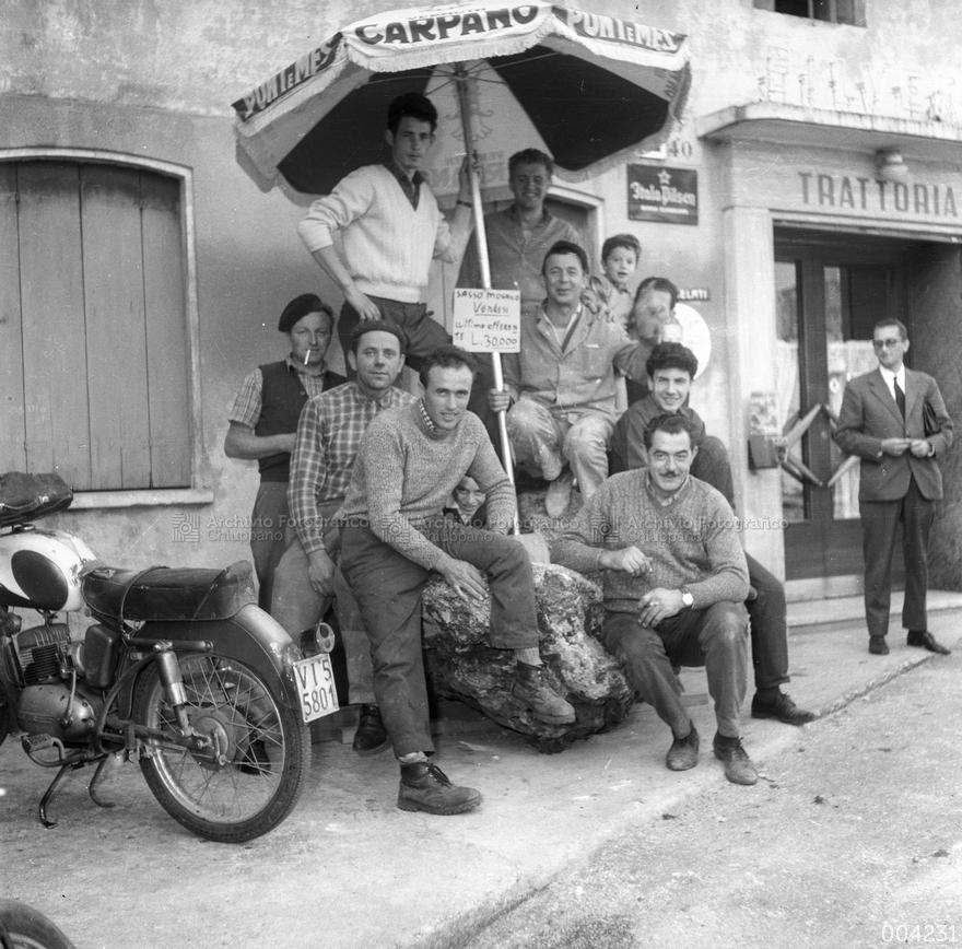 Foto di gruppo davanti all'ex trattoria Al Capelo