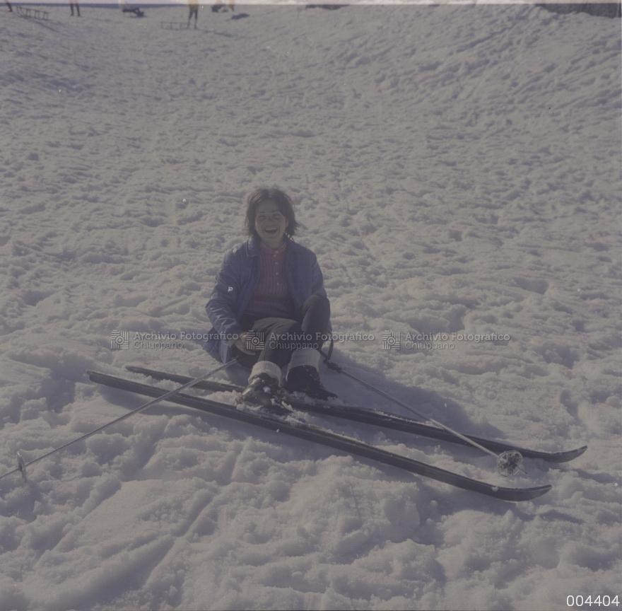 Ragazza con gli scii