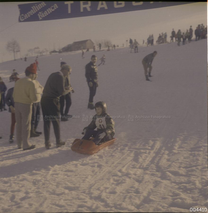 Bambino sulla neve con bob