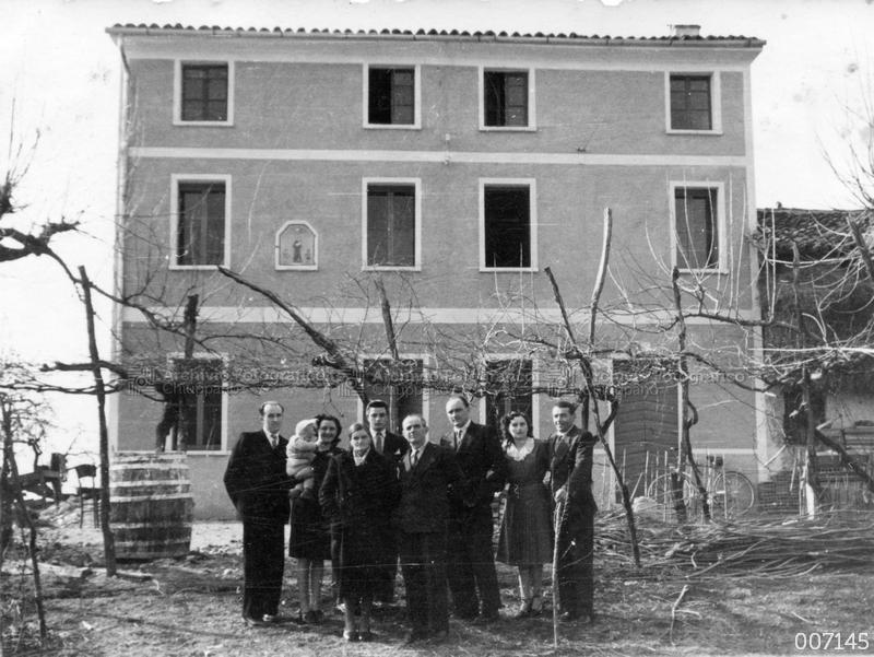 Foto di gruppo presso l'abitazione di G. Pareti