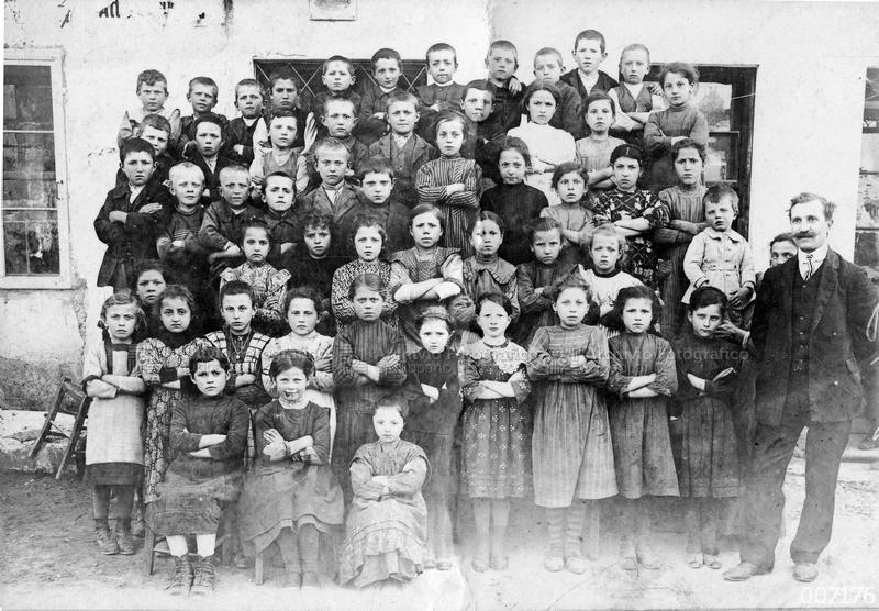 Alunni classe 1904-05 presso la casa di Nicolò Rezzara