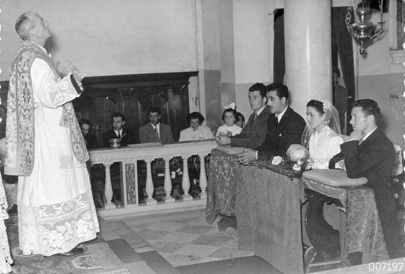 Ritratto di sposi all'altare
