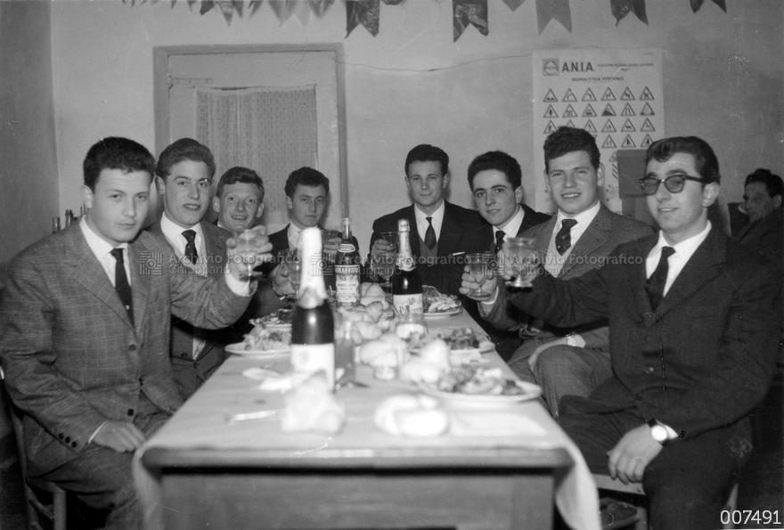 Coscritti del 1942 presso l'osteria