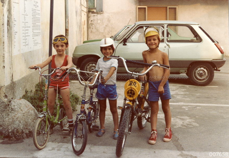 Bambini in piazzetta della Crosara