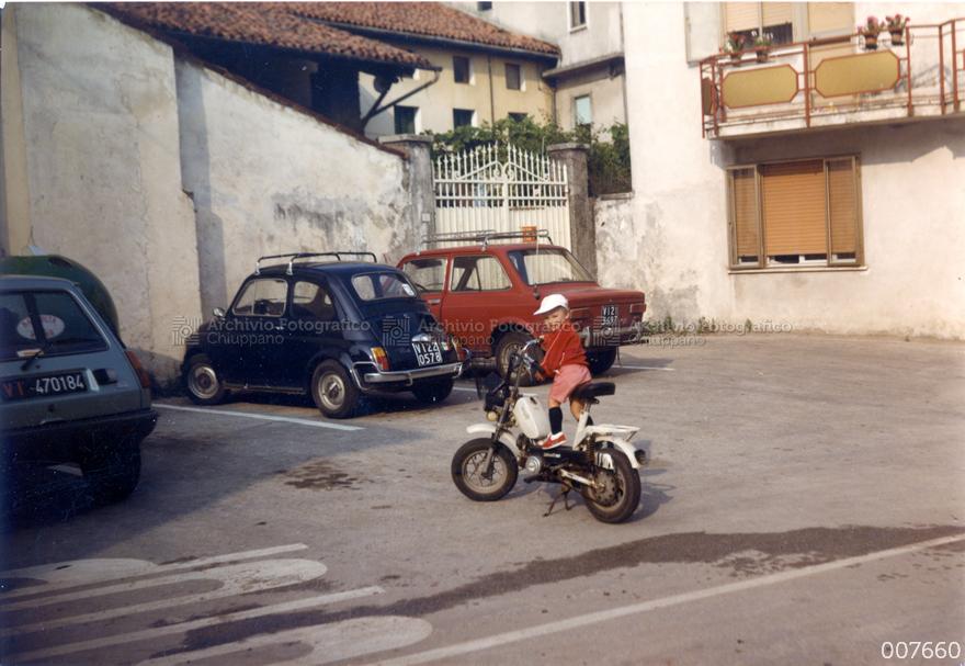 Bambino in motorino